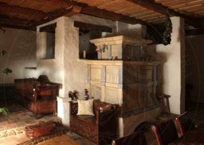 historicka-kachlova-kamna-s-lezenim