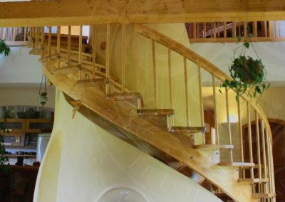 Kachlová kamna pod schody